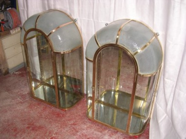 Paire de vitrines à dôme