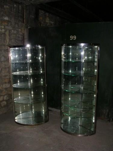 Paire de vitrines d'angle