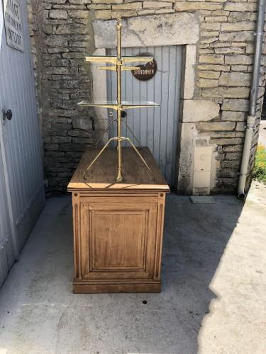 Ancien meuble de magasin. (réservé)