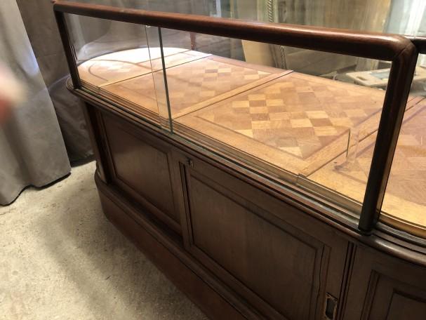Ancien meuble comptoir vitrine de magasin.