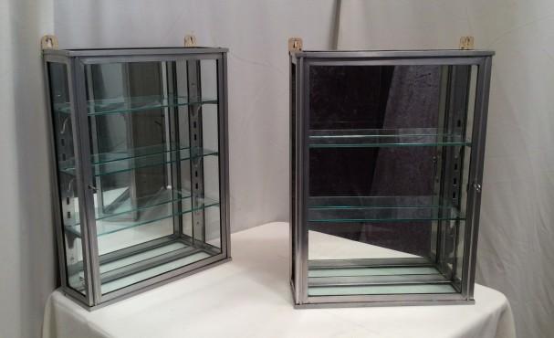 Paire de petites vitrines murales (vendues)