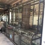 Grande vitrine ancienne de magasin.