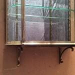 Paire de vitrines murales sur consoles (reservé)